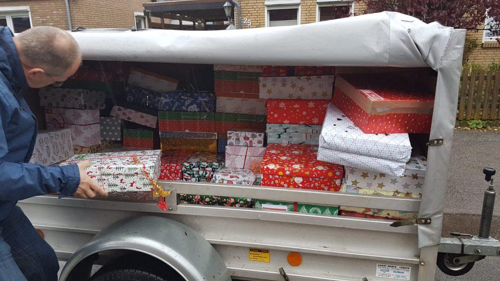 Klaus Matthießen von Cents4Children holt in Lübeck viele Kartons für Weihnachten im Schuhkarton ab.