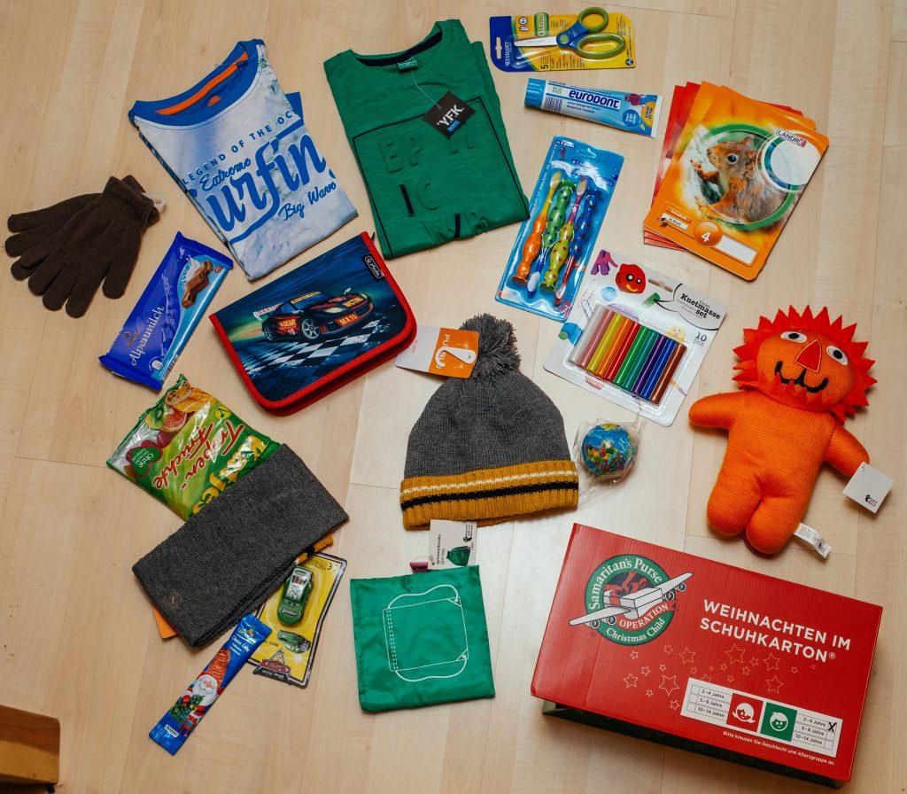 Der Inhalt eines Geschenks Päckchens Schuhkartons gepackt von der Spendenorganisation Cents4Children für die Aktion Weihnachten im Schuhkarton von Samaritans Purse